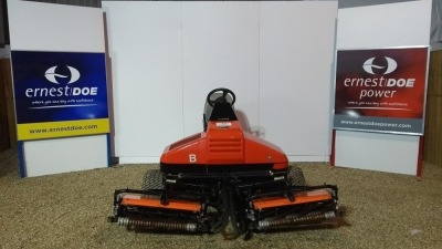 JACOBSEN TRI-KING 1900 GOLF TEES MOWER 19 HP KUBOTA 3 CYLINDER DIESEL ENGINE, SET OF 3 7- KNIFE FLOATING HEAD UNITS, 3 WHEEL DRIVE, HYDROSTATIC STEERING, SINGLE LIFT AND LOWER PEDAL 6704304099 L1171913